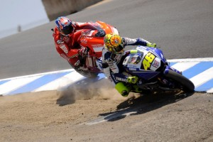 valentino-rossi-gets-past-casey-stoner