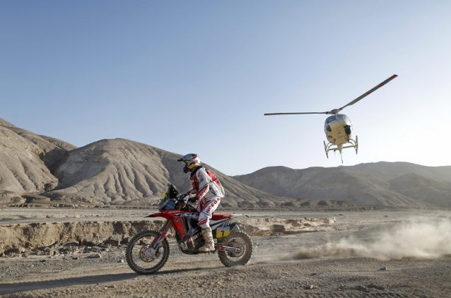 #07 - Helder Rodriques being chased by a media helicopter - www.dakar.com