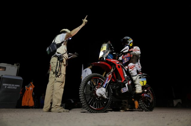 #7 - Helder Rodriques setting off in the early hours of the morning - www.dakar.com