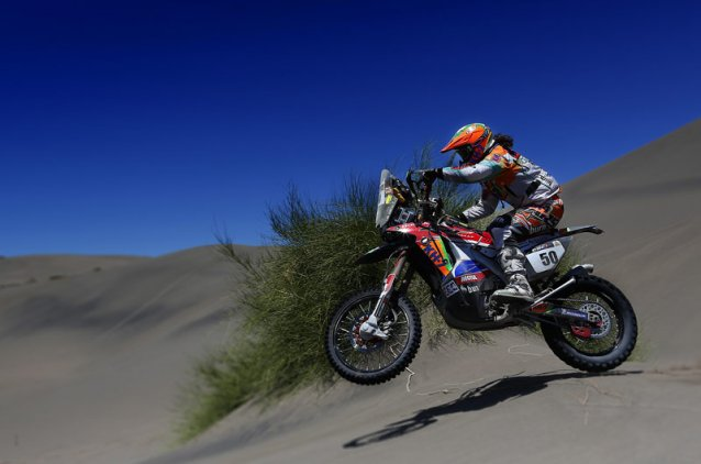 #50 - Laia Sanz taking on the dunes - www.dakar.com