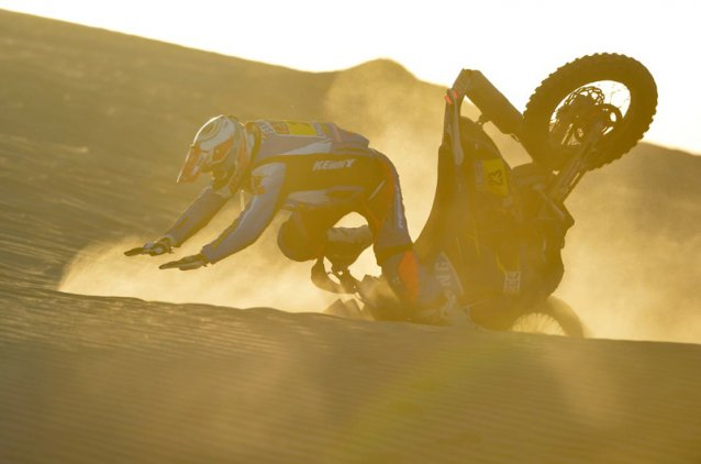 #16  - Juan Pedrero eating some sand - www.dakar.com