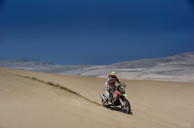 #50 - Laia Sanz gunning it through the desert - www.dakar.com