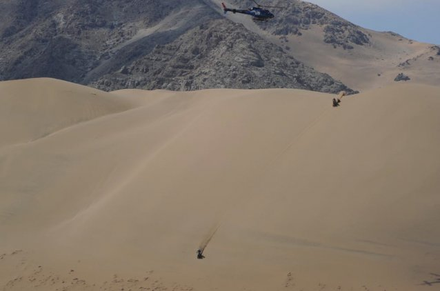 Riders descending a dune during the day's stage - www.dakar.com